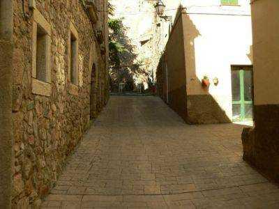 Calle interior del pueblo