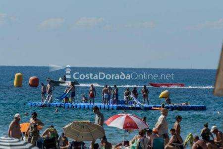 Playa con diferentes deportes disponibles