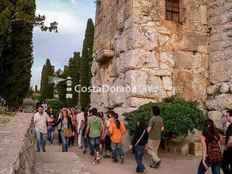 Las murallas romanas de tarragona paseo arqueol gico for Oficina turismo roma