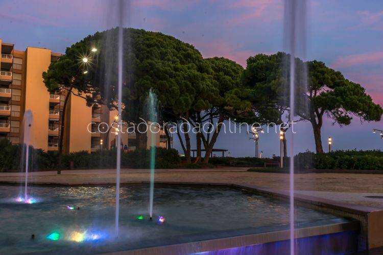 pueblo La Pineda Parque del Pinar Fuente iluminada